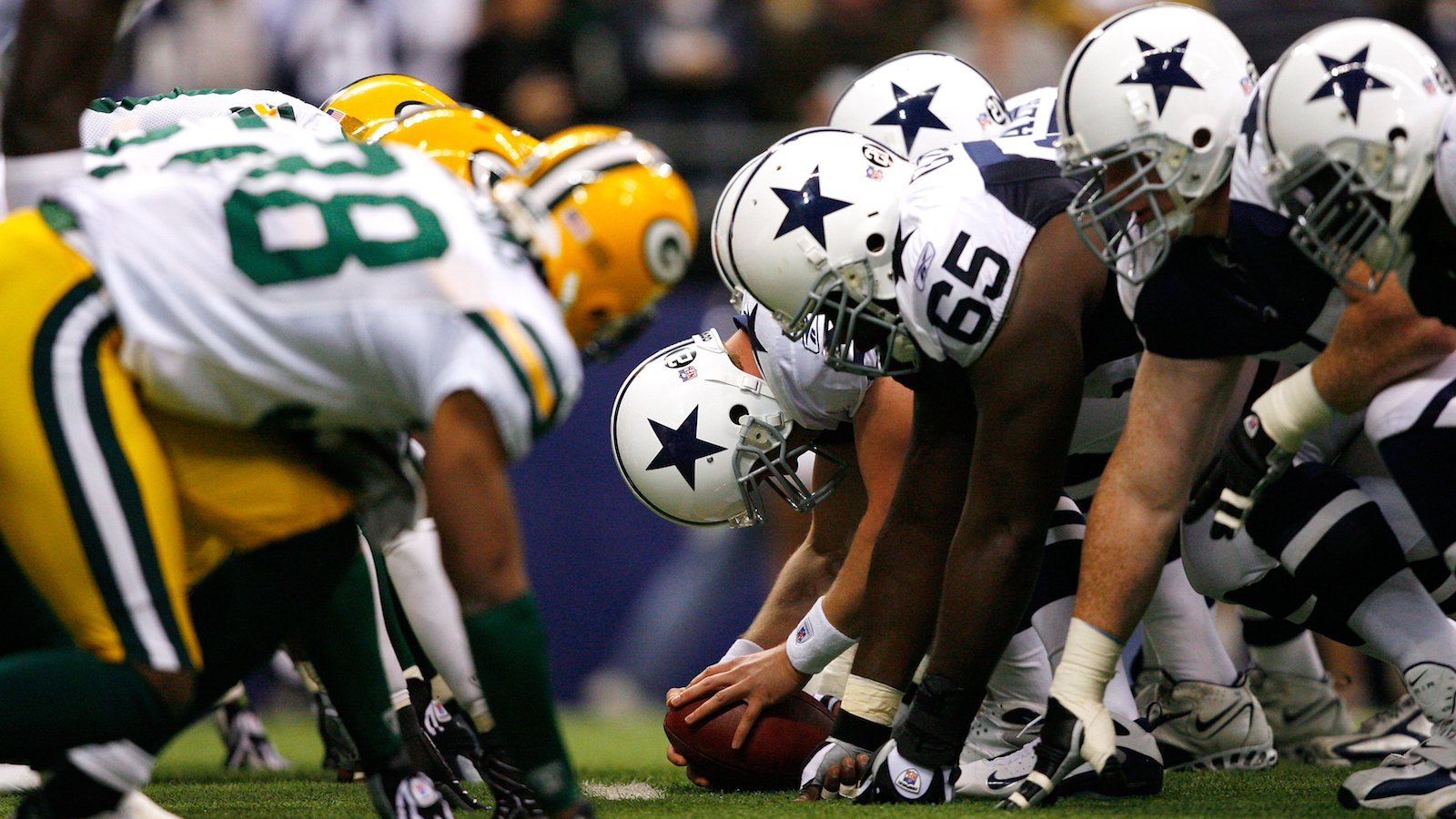 IRVING, TX - NOVEMBER 29:  The Dallas Cowboys face off at the line of scrimmage against the Green Bay Packers on November 29, 2007 at Texas Stadium in Irving, Texas. The Cowboys defeated the Packers 37-27. (Photo by Joe Robbins/Getty Images)