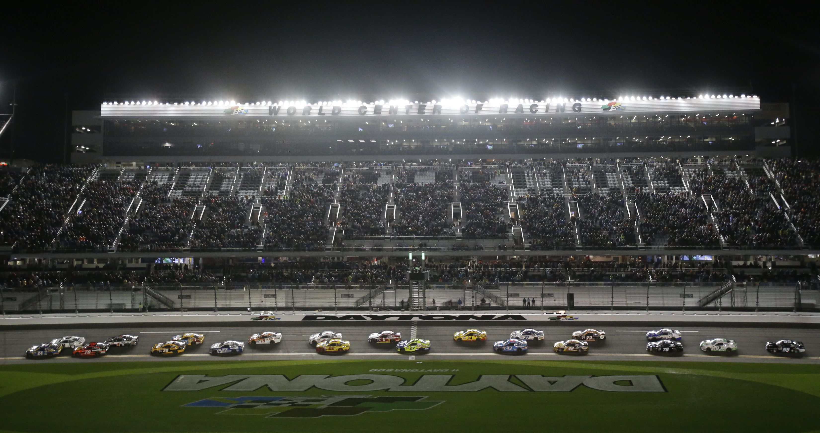 Chase Elliott, left, leads the field of cars for the start of the first of two qualifying auto races for Sunday's NASCAR Daytona 500 at Daytona International Speedway, Thursday, Feb. 23, 2017, in Daytona Beach, Fla. (AP Photo/John Raoux)