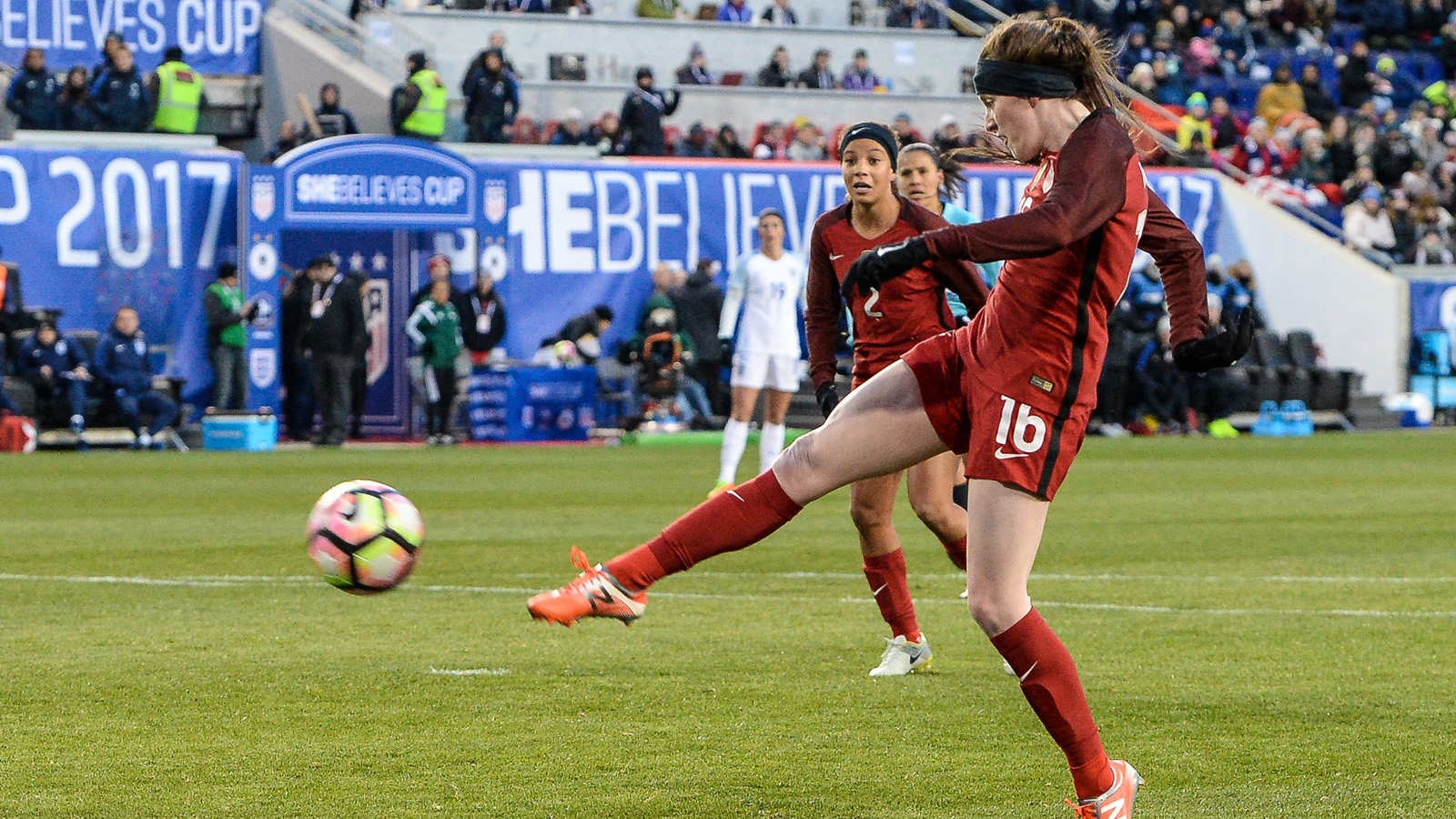 HARRISON, NJ - MARCH 04: USA midfielder Rose Lavelle (16) takes a shot against England during the first half at the She Believes Cup on March 04, 2017, at Red Bull Arena in Harrison, NJ. (Photo by Dennis Schneidler/Icon Sportswire via Getty Images)