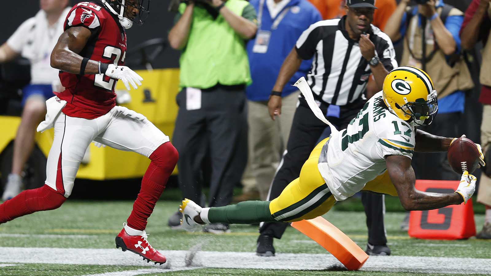 Green Bay Packers wide receiver Davante Adams (17) makes a touchdown catch against Atlanta Falcons cornerback Robert Alford (23) during the second of an NFL football game, Sunday, Sept. 17, 2017, in Atlanta. (AP Photo/John Bazemore)