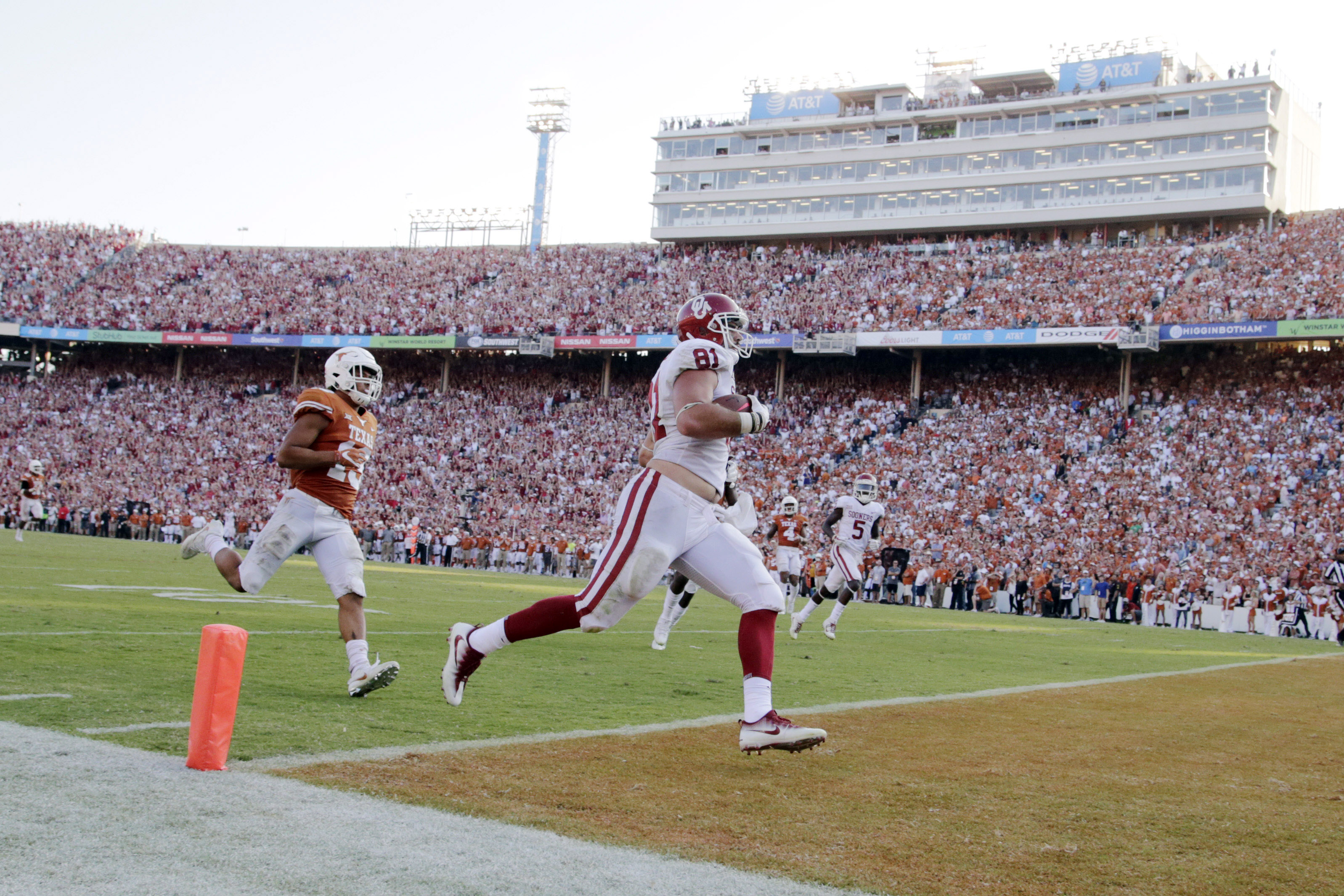 Oct 14, 2017; Dallas, TX, USA;  Oklahoma Sooners tight end Mark Andrews (81) scores a touchdown in the fourth quarter against the Texas Longhorns at the Cotton Bowl. Mandatory Credit: Tim Heitman-USA TODAY Sports