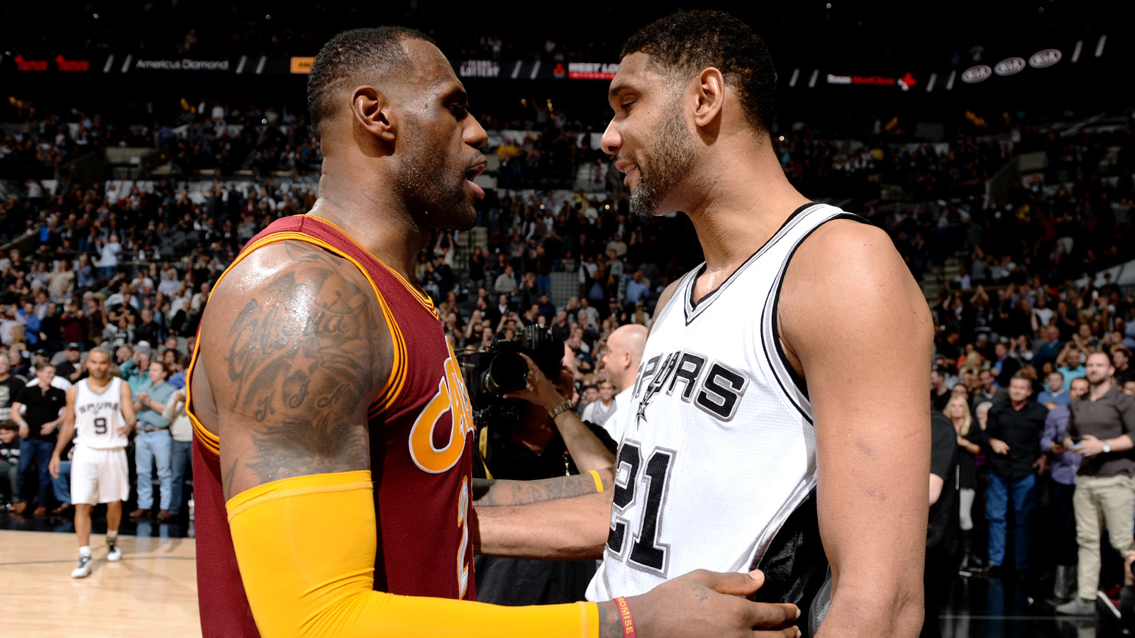 011416-NBA-Cleveland-LeBron-James-San-Antonio-Tim-Duncan-after-a-game-MM-PI