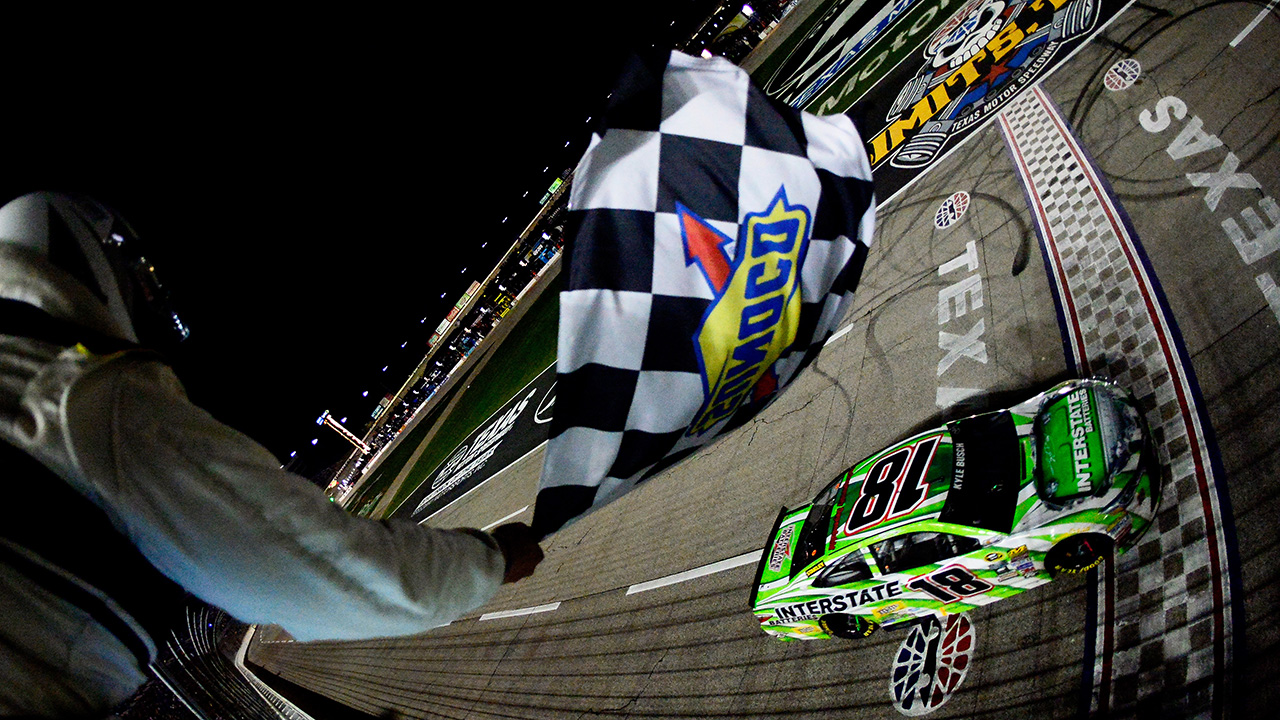 040916-NASCAR-Kyle-Busch-checkered-flag-texas
